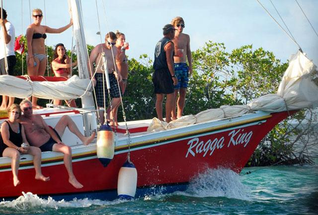 tourists-on-sailboat-caye-caulker