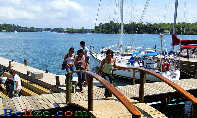 rio-dulce-guatemala-girls-dock-640
